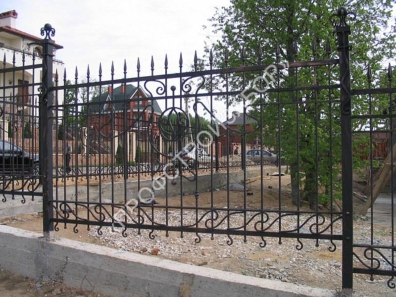 Кованый забор на ленточном фундаменте