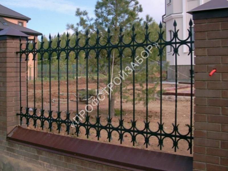 Металлический кованый забор с кирпичными столбами