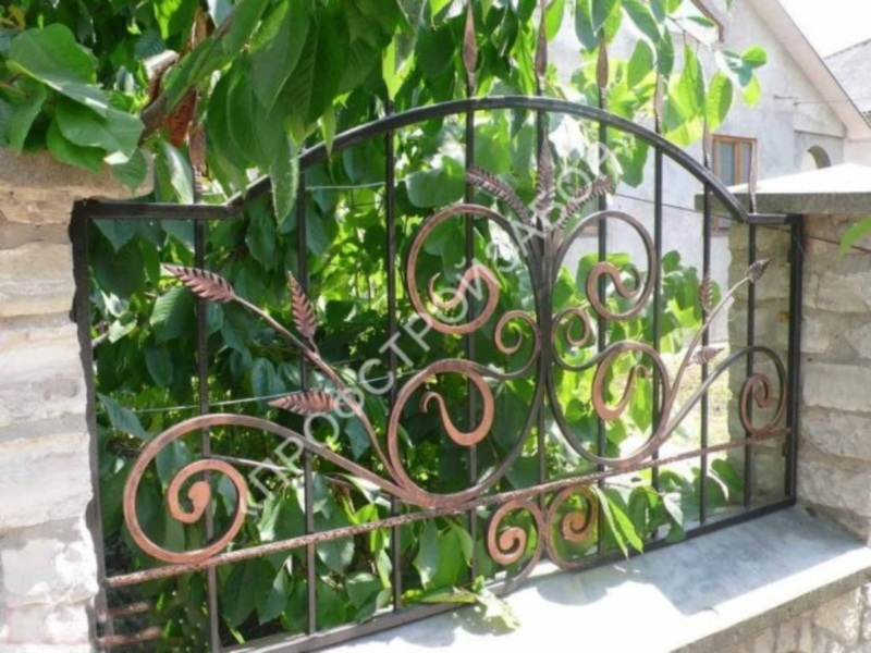 Кованый забор с каменными столбами и основанием