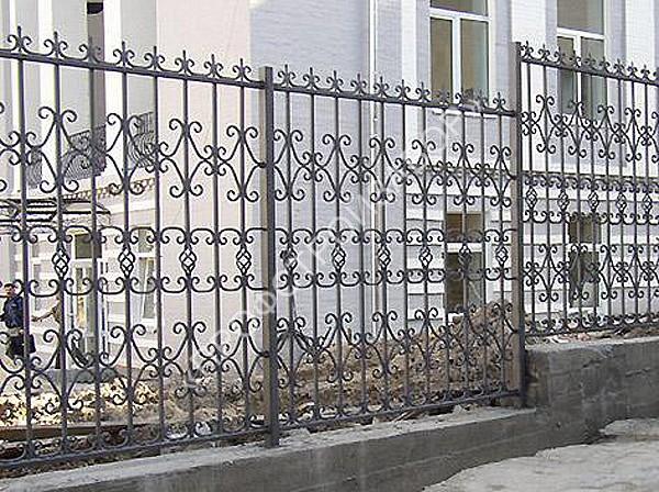 Кованный забор с каменным основанием