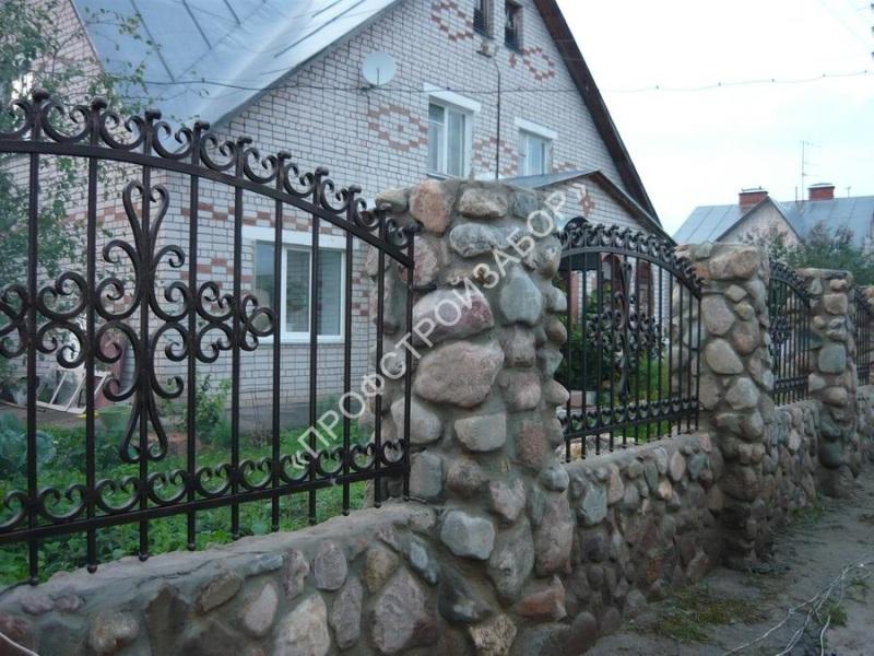 Кованый забор с каменным основанием и столбами