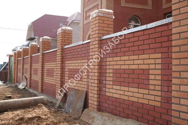 Классический кирпичный забор