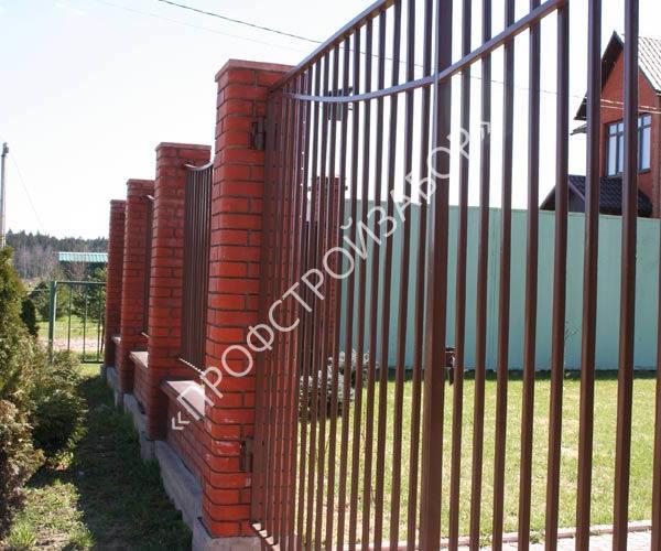 Комбинированный секционный забор с кирпичными столбами