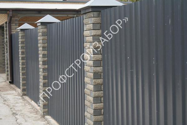 Комбинированный секционный забор с каменными столбами