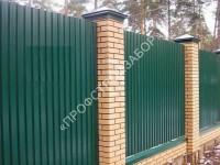 Забор с кирпичными столба и на ленточном фундаменте, высота 2 метра